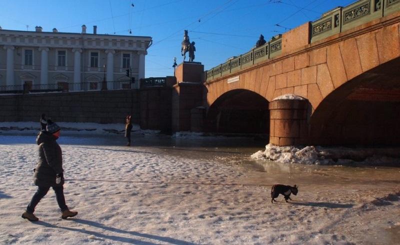 Spaziergang auf St. Petersburgs gefrorenen Kanälen