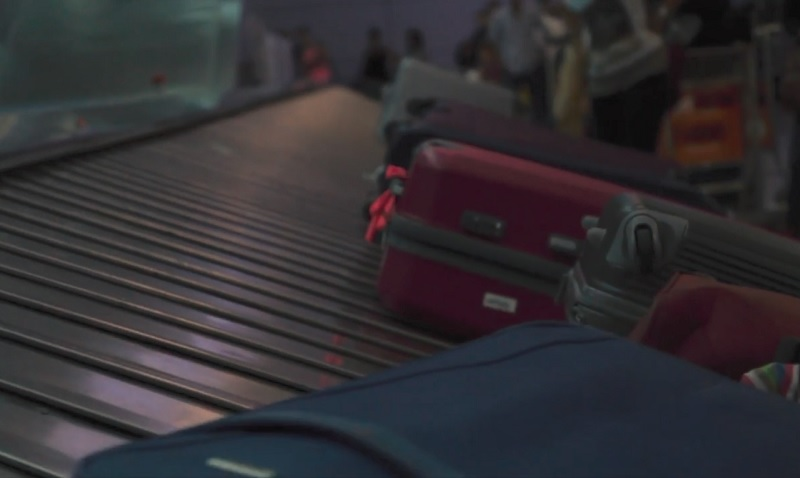 Moskau: Frau dreht unfreiwillige Runde auf Flughafen-Gepäckband