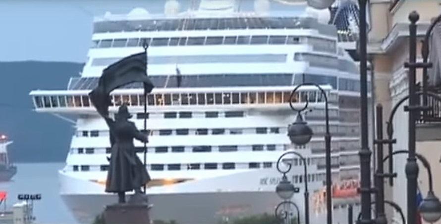 Kreuzfahrtschiff der Fantasia-Klasse in Wladiwostok vor Anker