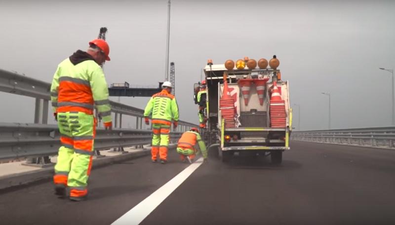 Autobahn auf der Krimbrücke für den Winter präpariert